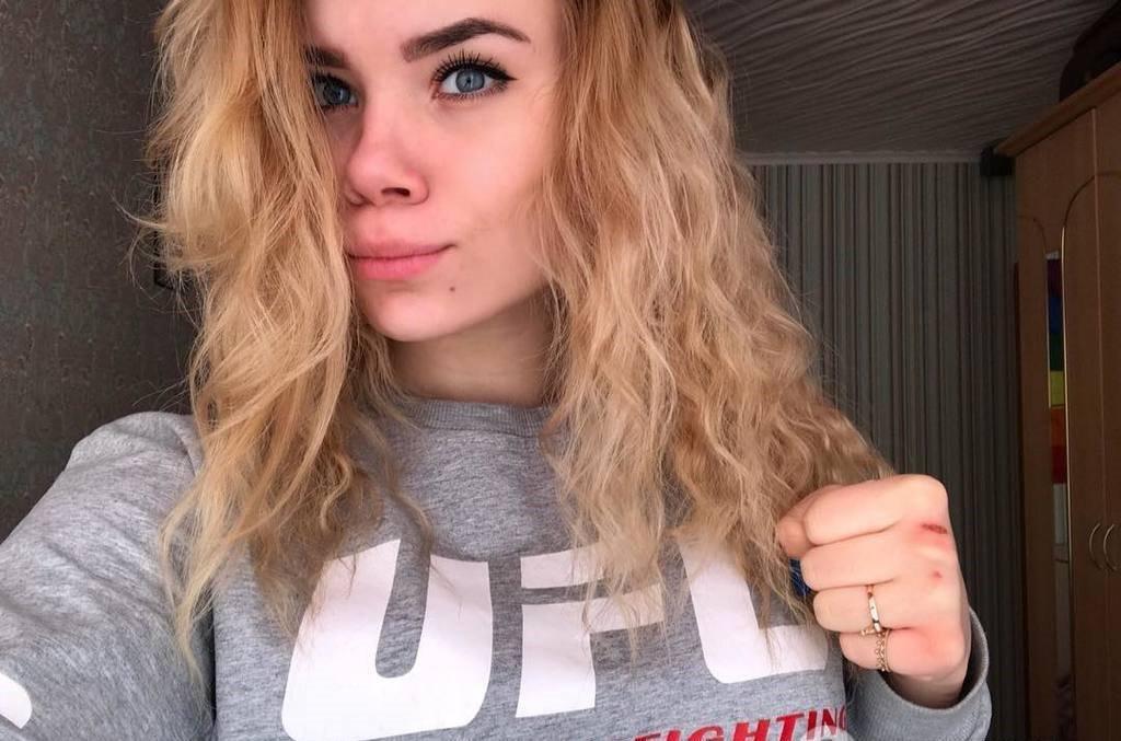 15-річна чемпіонка Росії з панкратіону загинула, заряджаючи смартфон у ванній / КП