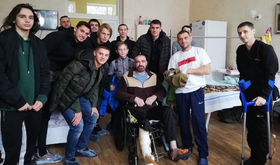 """Игроки """"Динамо"""" навестили бойцов АТО / twitter.com"""