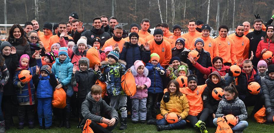 Шахтар привітав дітей-переселенців з новорічними святами / shakhtar.com