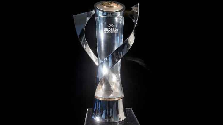 Трофей переможця молодіжного чемпіонату Європи / uefa.com