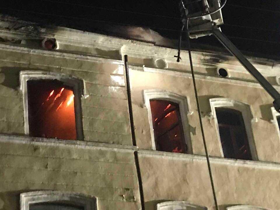 У Чернівцях у ніч на 12 грудня сталася масштабна пожежа у нежитловому триповерховому будинку \ УНІАН