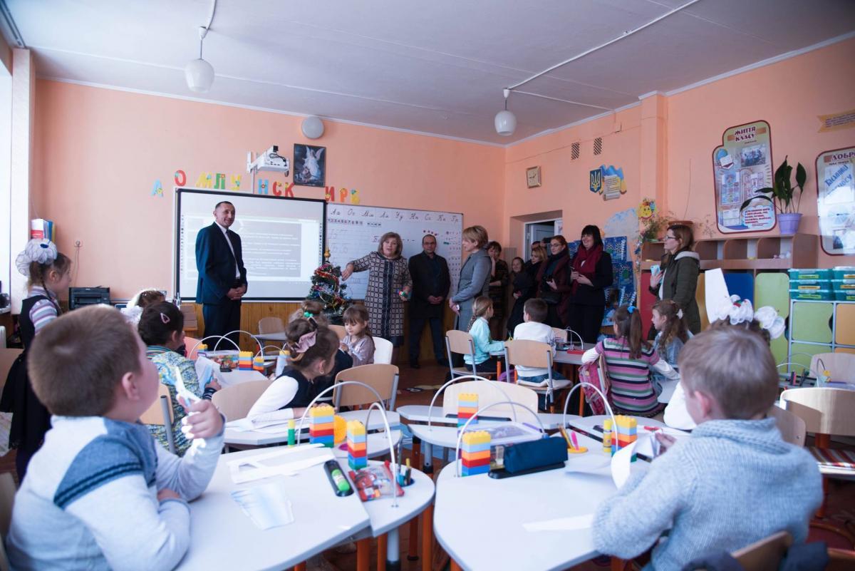 На Тернопільщині Лілія Гриневич проінспектувала сільську школу, в яку вклали понад 12 млн грн