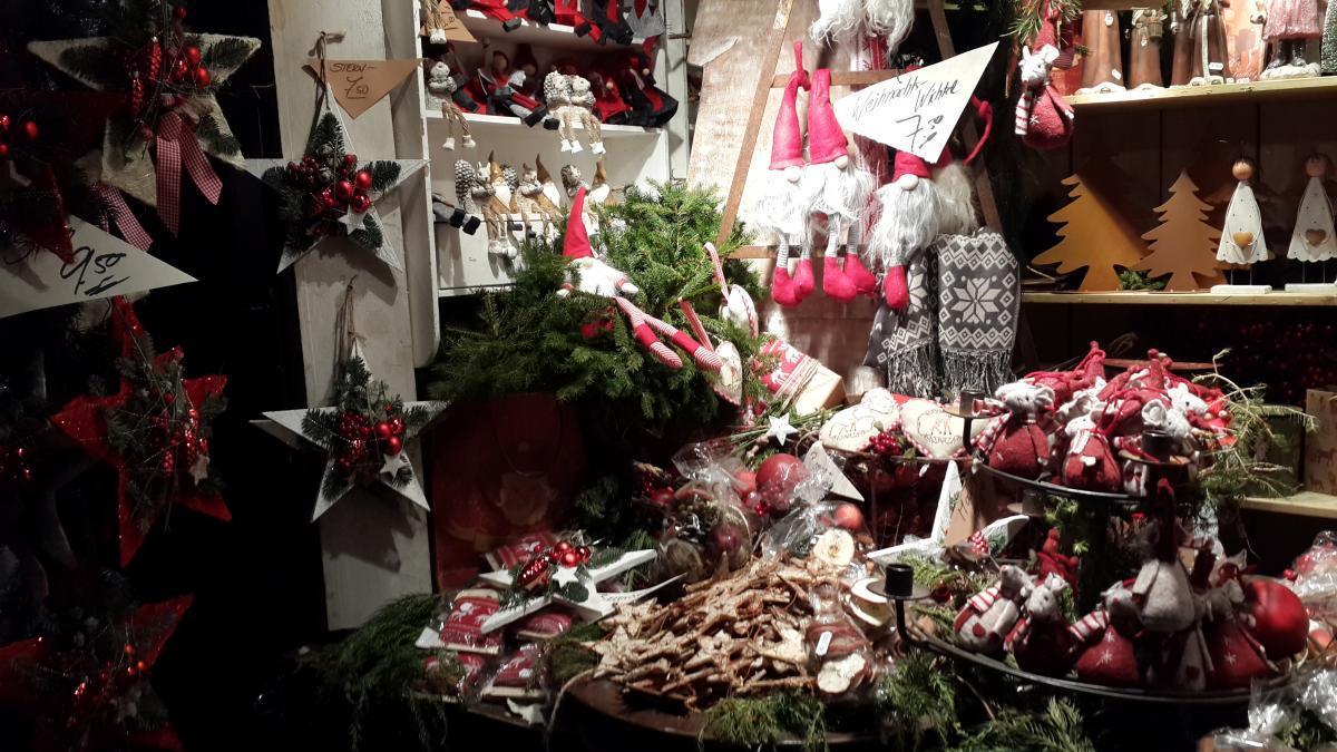 Большинство товаров на ярмарках на праздничную тематику / Фото Марина Григоренко