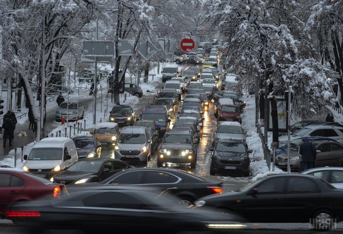 Через снігопад Київ скували 10-бальні затори / фото УНІАН