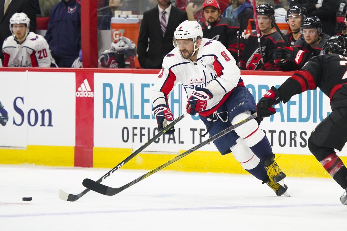 Овечкин сделал очередной хет-трик в НХЛ в матче с Каролиной / Reuters
