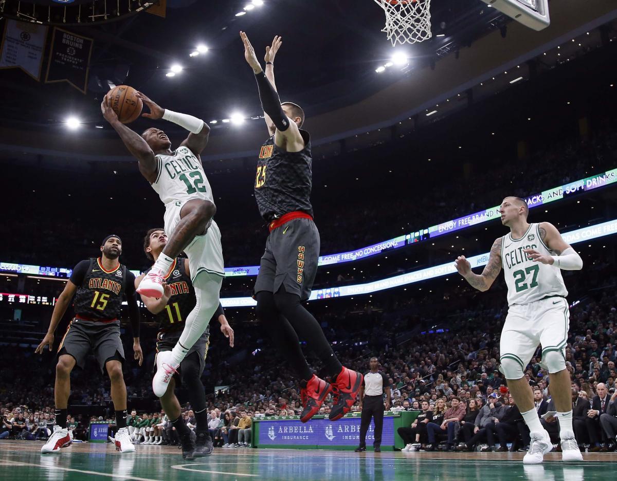 Лэнь (в центре) не только набрал 13 очков в матче с Бостоном, но и активно помогал партнерам в обороне / Reuters