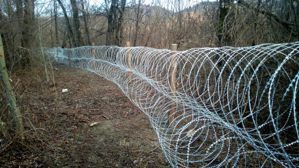 На Закарпатье вдоль границы установили колючую проволоку / фото ГПСУ