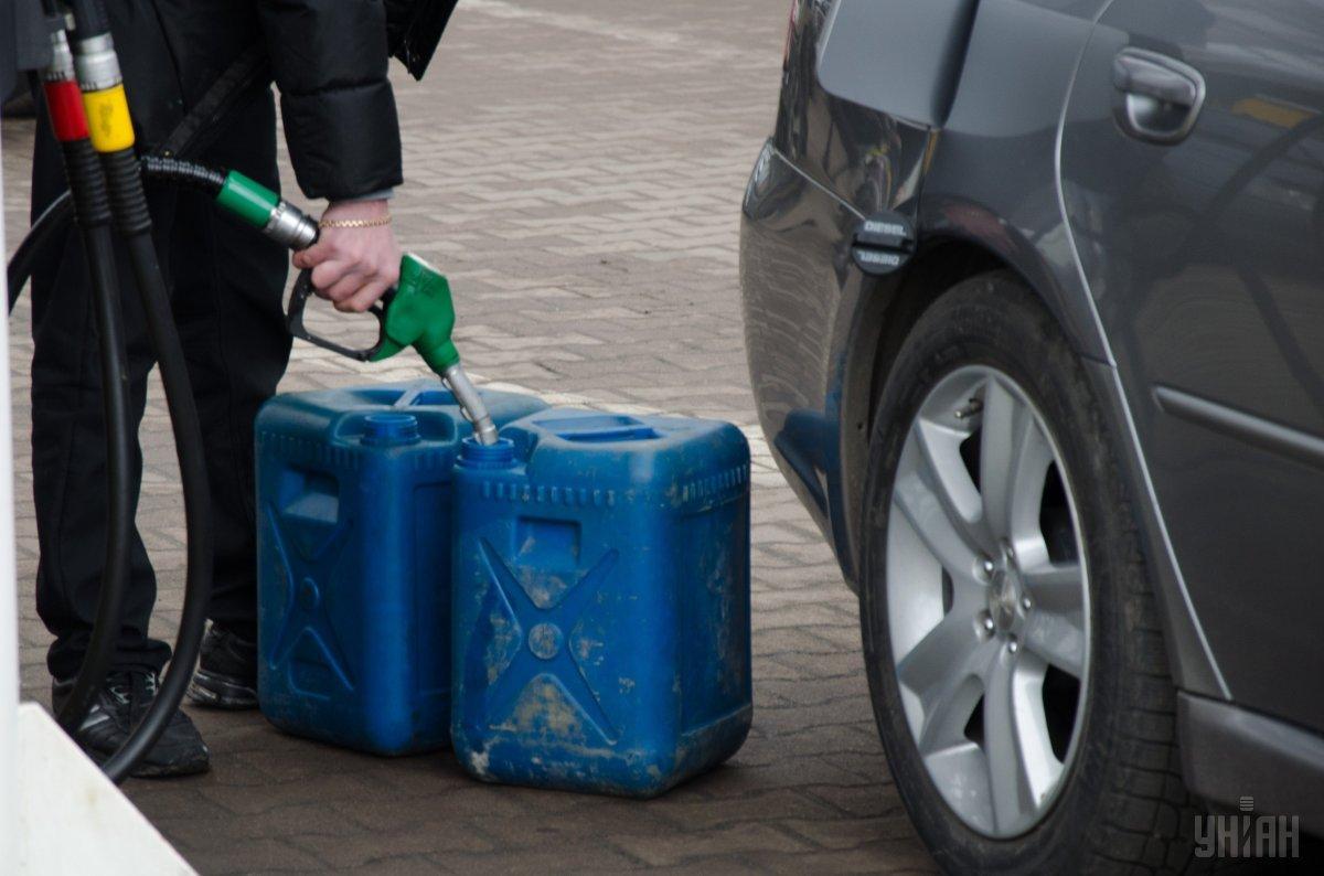 На некоторых АЗС бензин подорожал на 1 гривню / фото УНІАН Владимир Гонтар