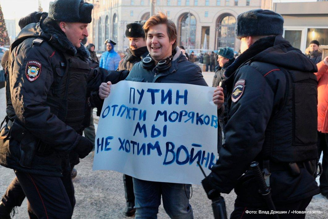 "A man holding a sign: ""Putin, let sailors go, we don't want war"" / Photo by Vlad Dokshin, Novaya Gazeta"