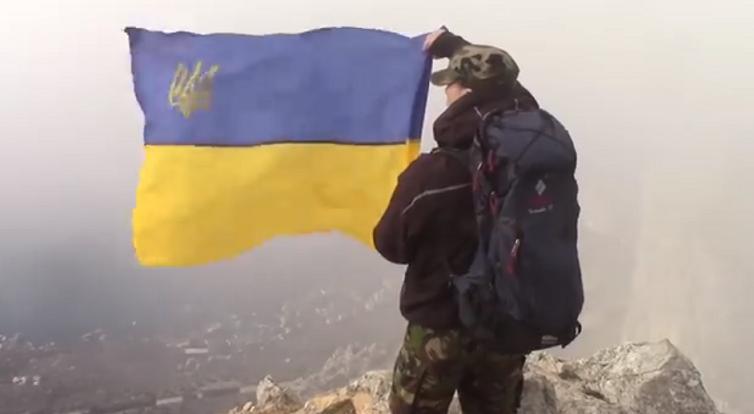The Ukrainian flag in Russian-occupied Crimea / Screenshot