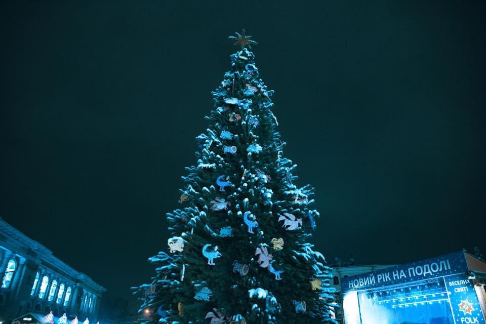 В этом году 25-метровая елка будет украшена более 1,5 тысячи игрушек и 3 км гирлянд / Folk Ukraine
