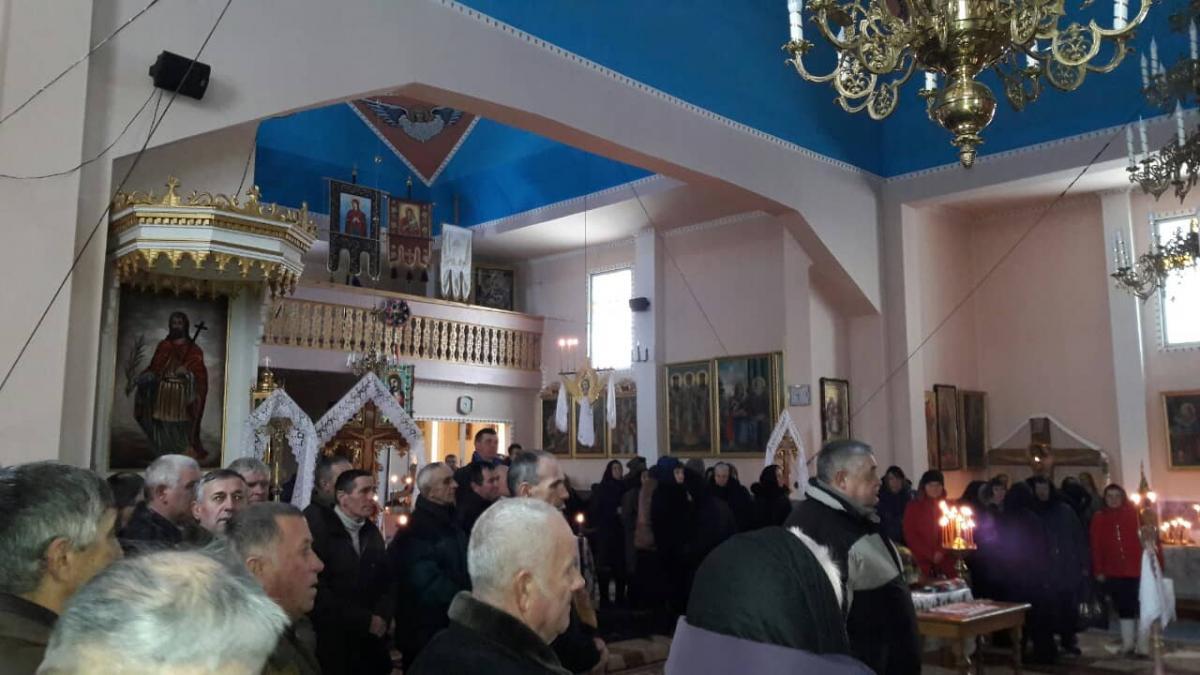 В селе Шишковцы присутствовали примерно 100 прихожан / фото УНИАН