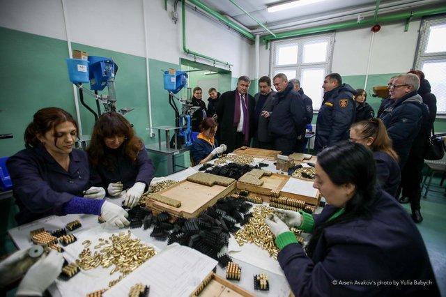 На заводі в замкнутому циклі виготовляють кулі та гільзи до пістолетів МВС / фото Arsen Avakov