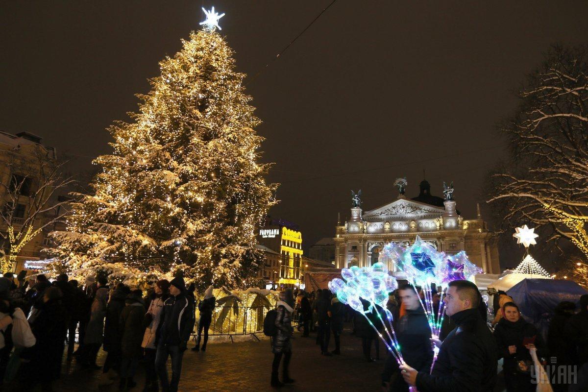Різдвяний ярмарок у Львові завжди збирає чимало туристів / Фото УНІАН