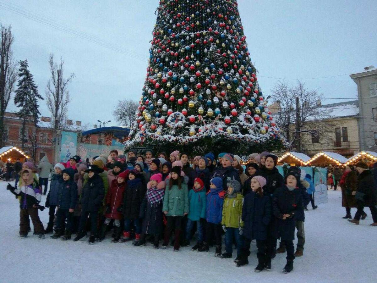 Также в центре города работает искусственная снежная горка \ УНИАН