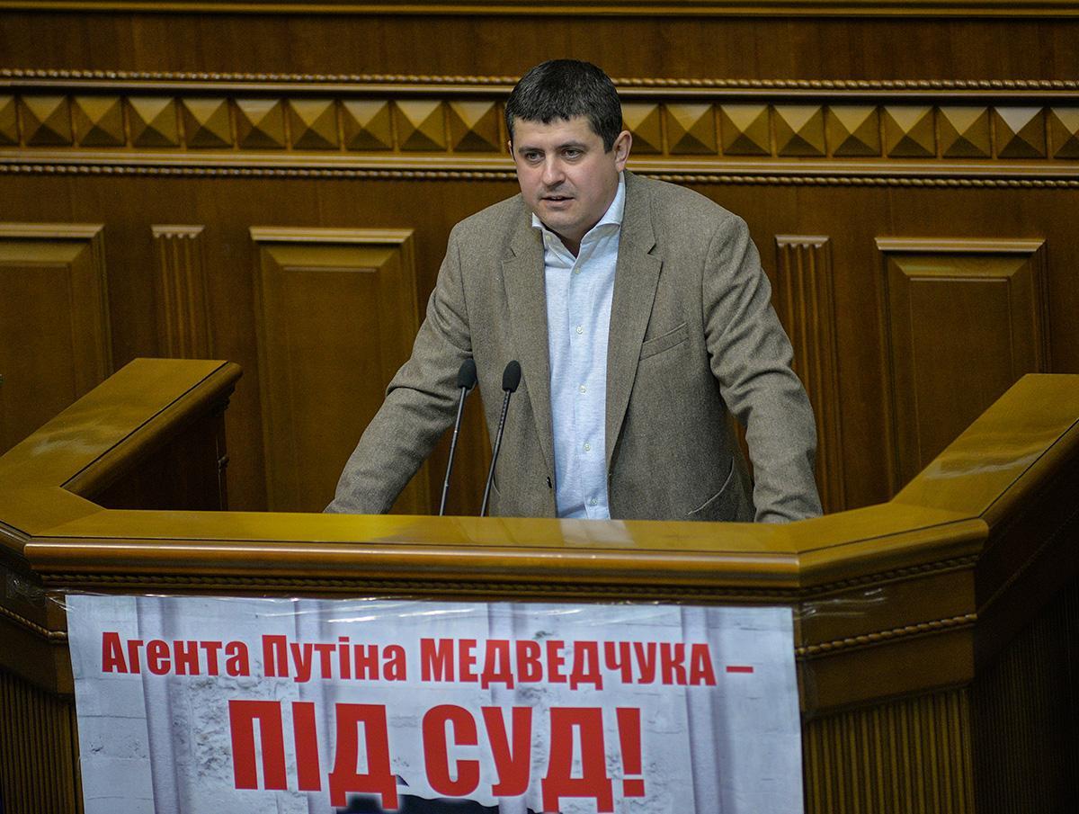 Бурбак обратился лично к главам фракций дать в зале ответ, будут ли они голосовать за создание ВСК по Медведчуку \ nfront.org.ua