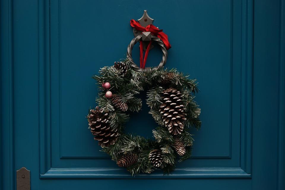 Считается, что венки на дверях помогут привлечь в дом счастье / фото pixabay.com
