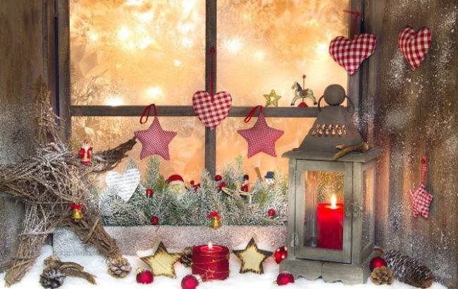Подоконники - отличное место для свеч и хвойных композиций / фото happymodern.ru