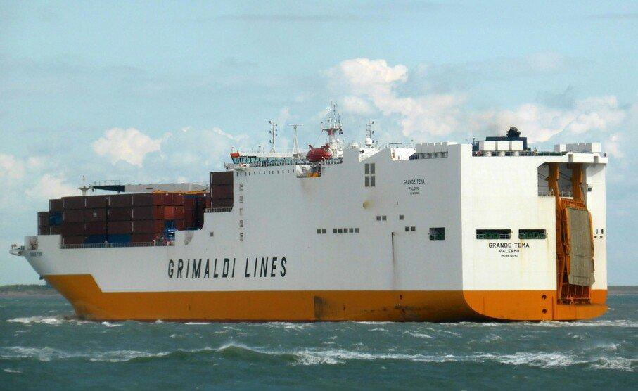 Четыре мигранта были обнаружены на его борту судна Grande Tema/ фото twitter.com/Justice_forum