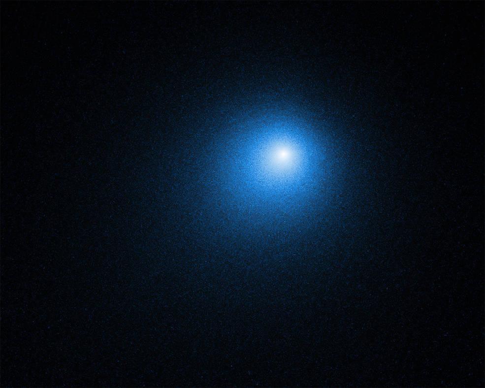 Ядро кометы скрыто в центре нечеткого свечения комы кометы / фото NASA, ESA, D. Bodewits (Auburn University) and J.-Y. Li (Planetary Science Institute)
