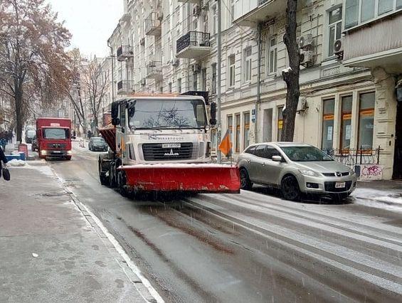 В Киеве обрабатывают посипальними материалами дороги и тротуары / фото КГГА
