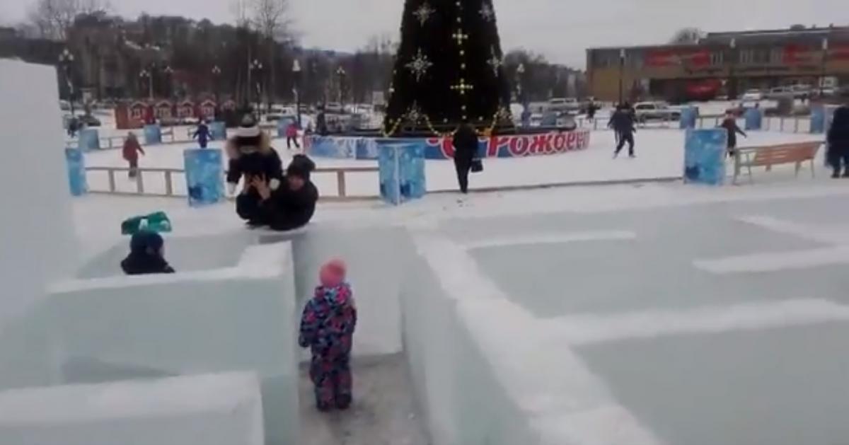 На Сахалине дети играют в ледяном лабиринте без выхода / скриншот - Twitter,Tjournal