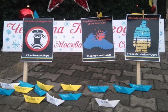 Участники акции разместили у подножия елки символические кораблики с именами пленных / фото faktor.bg