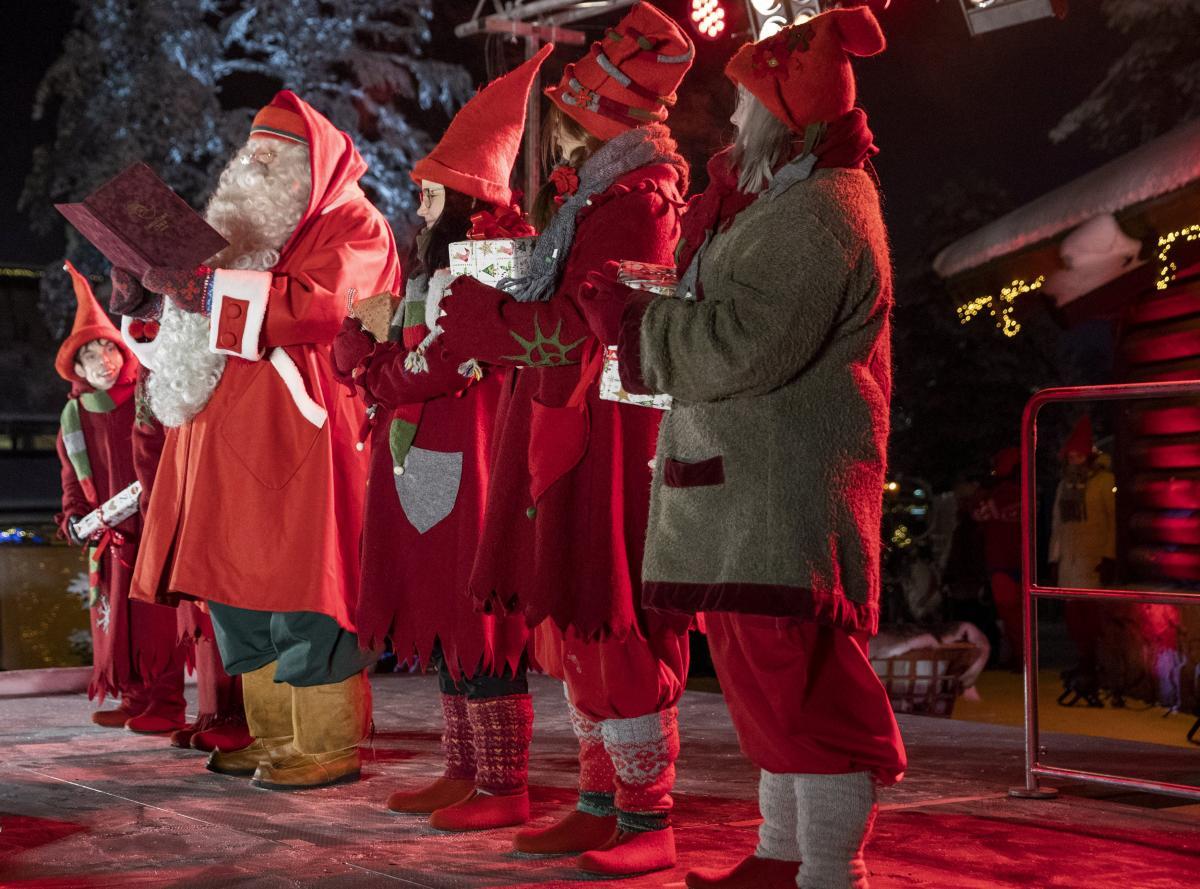 В этот день открылась первая школа по обучению Санта-Клаусов / фото REUTERS