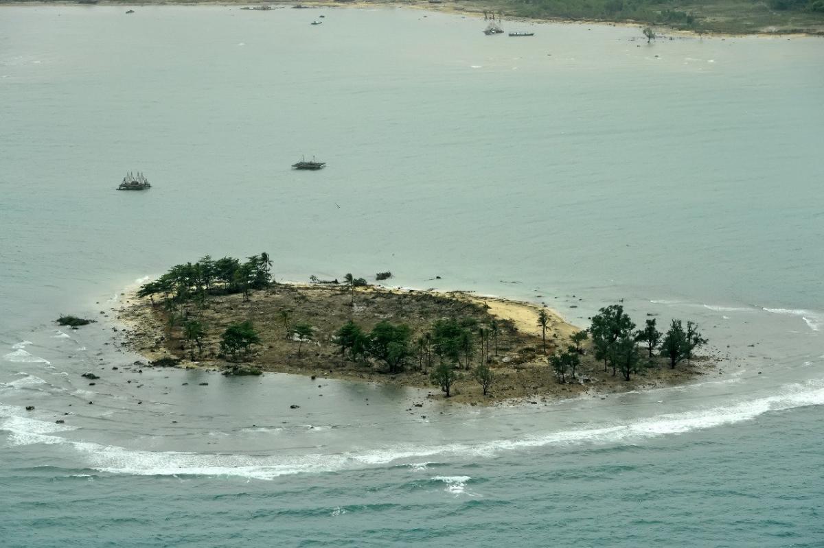 Последствия цунами в Индонезии / REUTERS