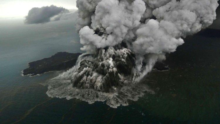 Извержение вулкана Анак Кракатау / vaticannews.va