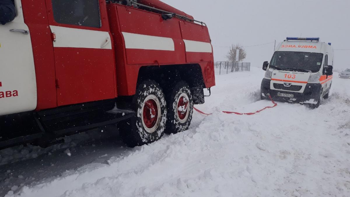 Спасатели вытащили из снежных заносов 31 автомобиль / фото dsns.gov.ua