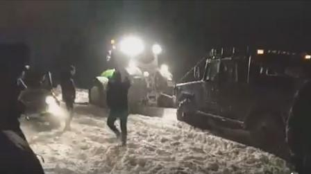 Вызволять транспорт из снега на дорогах Полтавщины поехала военная техника / скриншот