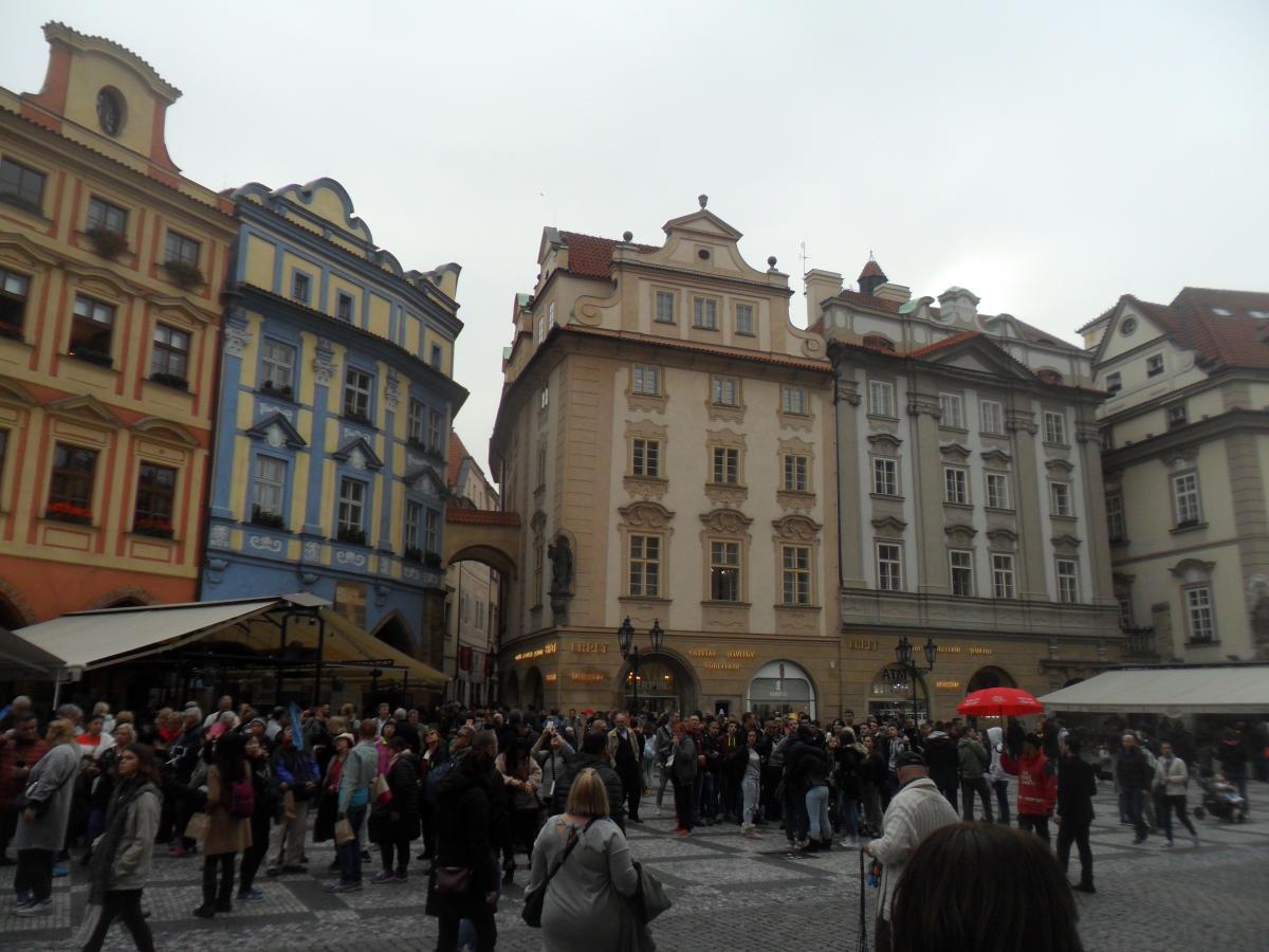 Туристы собираются перед башней с часами, чтобы увидеть представление фигурок / фото: Ольга Броскова