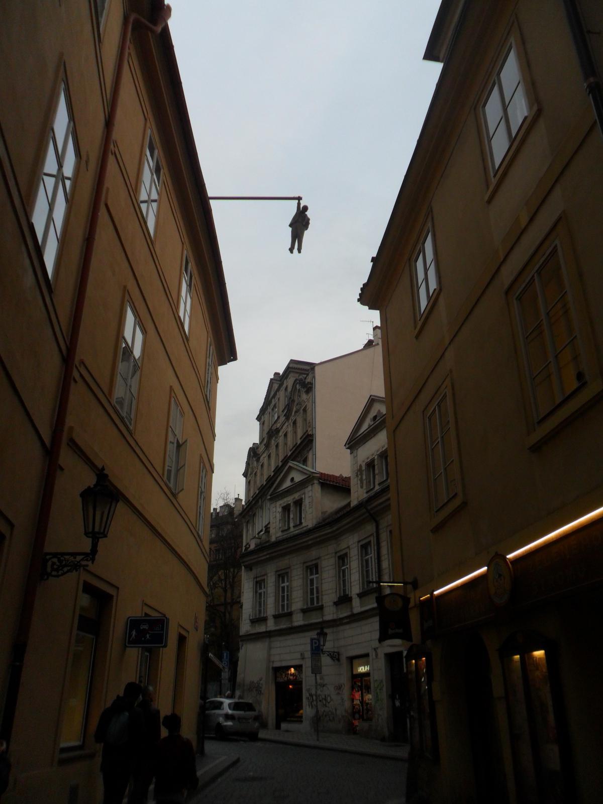 Скульптура «Висящий человек» в Праге, посвященная Зигмунду Фрейду / фото: Ольга Броскова