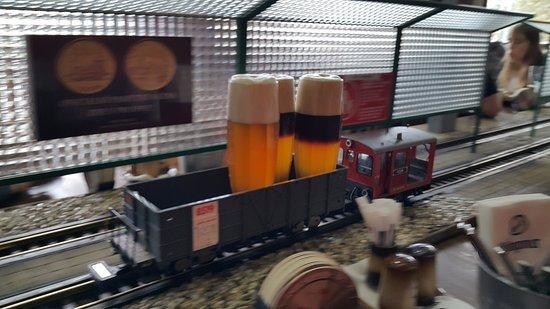 Пиво приезжает на таких паровозиках / TripAdvisor