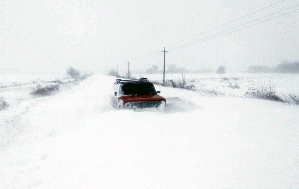Поліція надає допомогу водіям та пасажирам, які потрапили в снігову пастку / фото ДСНС