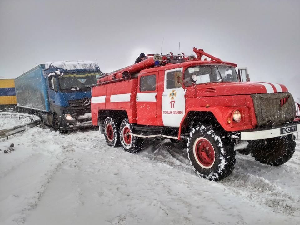 За минулу добу рятувальники визволили зі снігового полону 145 осіб / фото ДСНС