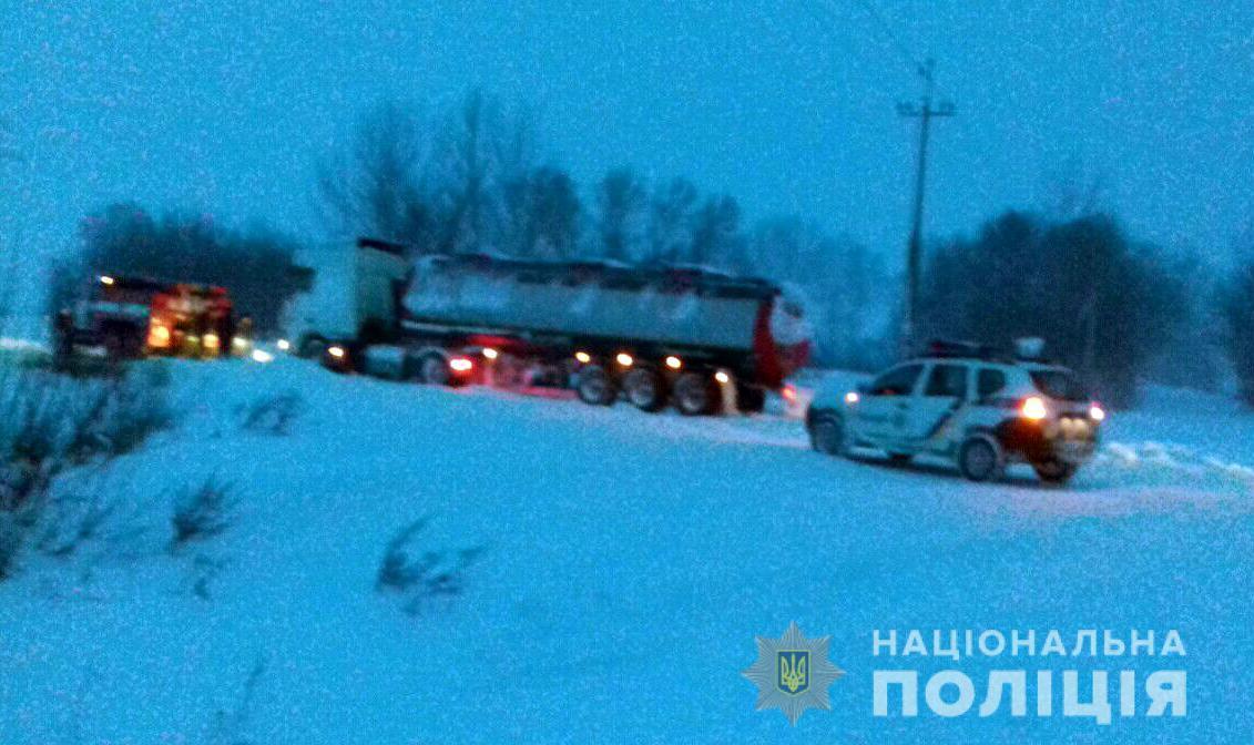 Полицейские оказывают помощь в буксировке транспортных средств / фото npu.gov.ua