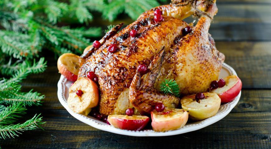 Курица, запеченная с яблоками / фото gastronom.ru