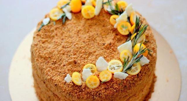 Торт можно украсить цитрусовыми / фото smachno.ua