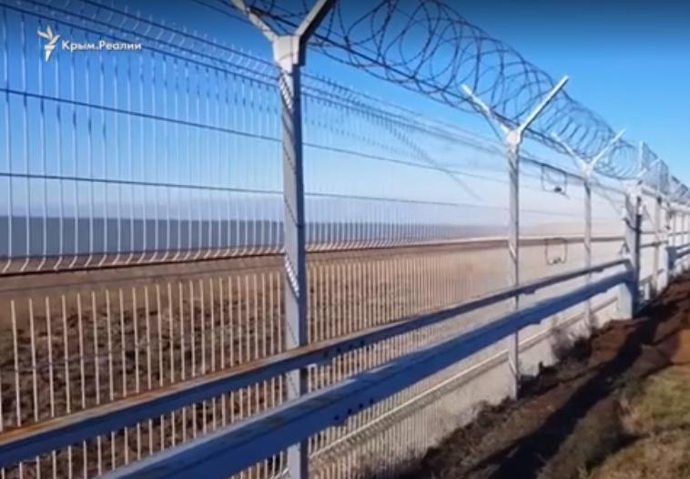 ФСБ Росії показала стіну на в'їзді в окупований Крим / Скріншот