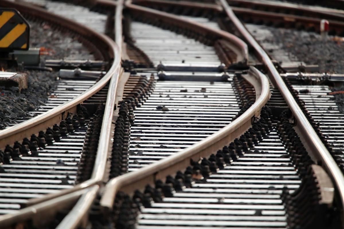 Мотоцикліст потрапив під локомотив пасажирського потяга / фото  REUTERS