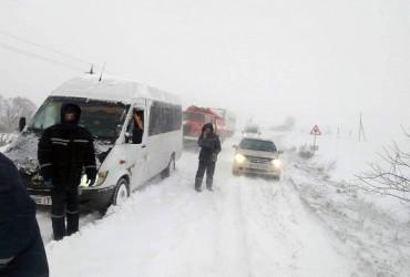 На Вінниччині через снігопад обмежили рух вантажівок на двох трасах