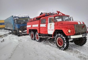 Через сніговий колапс в Україні всі дорожні служби працюватимуть цілодобово