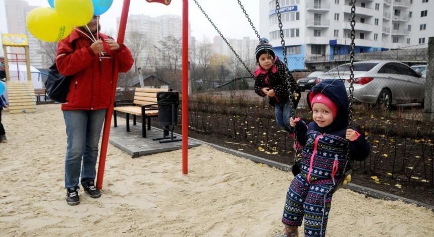 Пісок на дитячих майданчиках в Дніпрі і Маріуполі містить найбільшу кількість важких металів серед промислових міст – дослідження