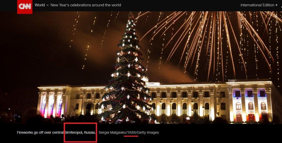 "Фото з окупованого Сімферополя підписанеяк ""Fireworks go off over central Simferopol, Russia"" / фото twitter.com/UKRintheUSA"