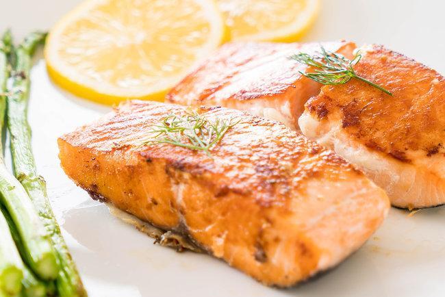 Лосось допоможе зменшити наслідки запальних захворювань кишечника \ фото freepik.com