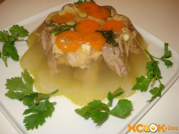Сверху на разложенное мясо кладем кружочки моркови / фото xcook.info