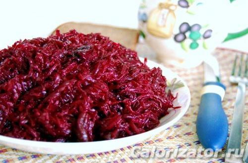 Салат из свеклы очень просто приготовить / фото calorizator.ru