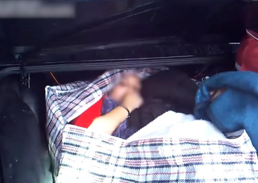 Иностранка пыталась въехать в Украину, спрятавшись в багажнике автомобиля / Скриншот - Youtube - GpkGovBY